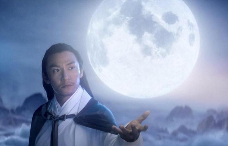 張震在古裝劇《宸汐緣》飾演天族戰神「九宸」,宣傳MV中他單手持月展現唯美風格。(愛奇藝提供)
