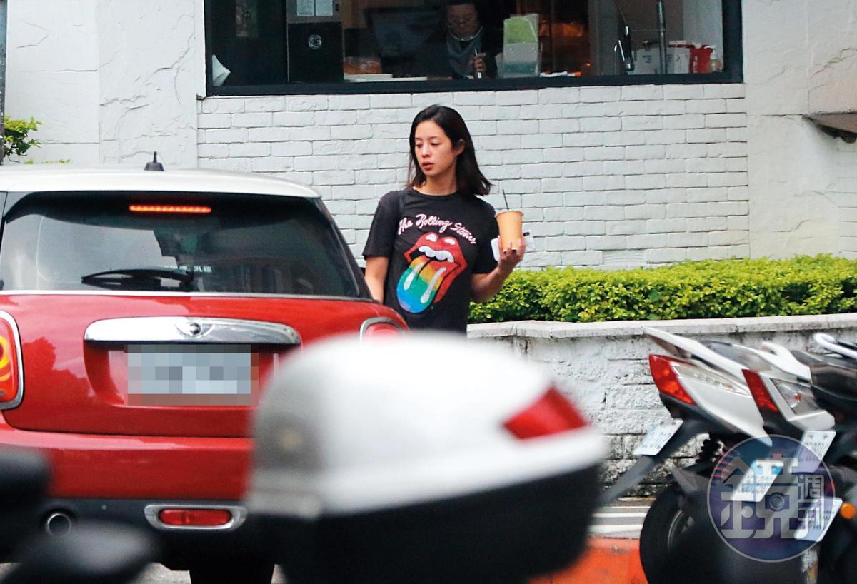 14:05 莫允雯出門後,有輛紅色Mini Cooper前來接她,駕駛正是鍾秀鼐。