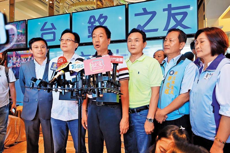 郭台銘(左3)初選落敗後,空戰仍持續布局,甚至策劃到八月中。(郭台鉻辦公室提供)