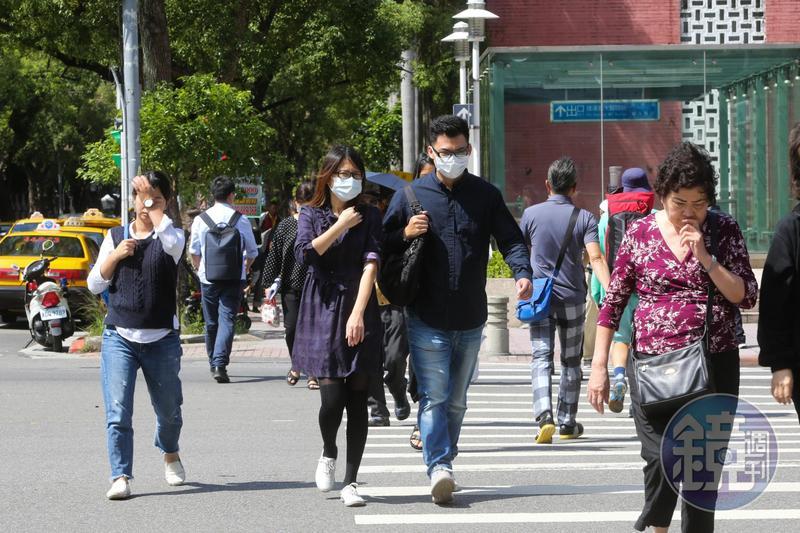 中央氣象局針對全台17縣市發布高溫資訊,包括雙北、花東、高雄,易出現36度以上高溫。