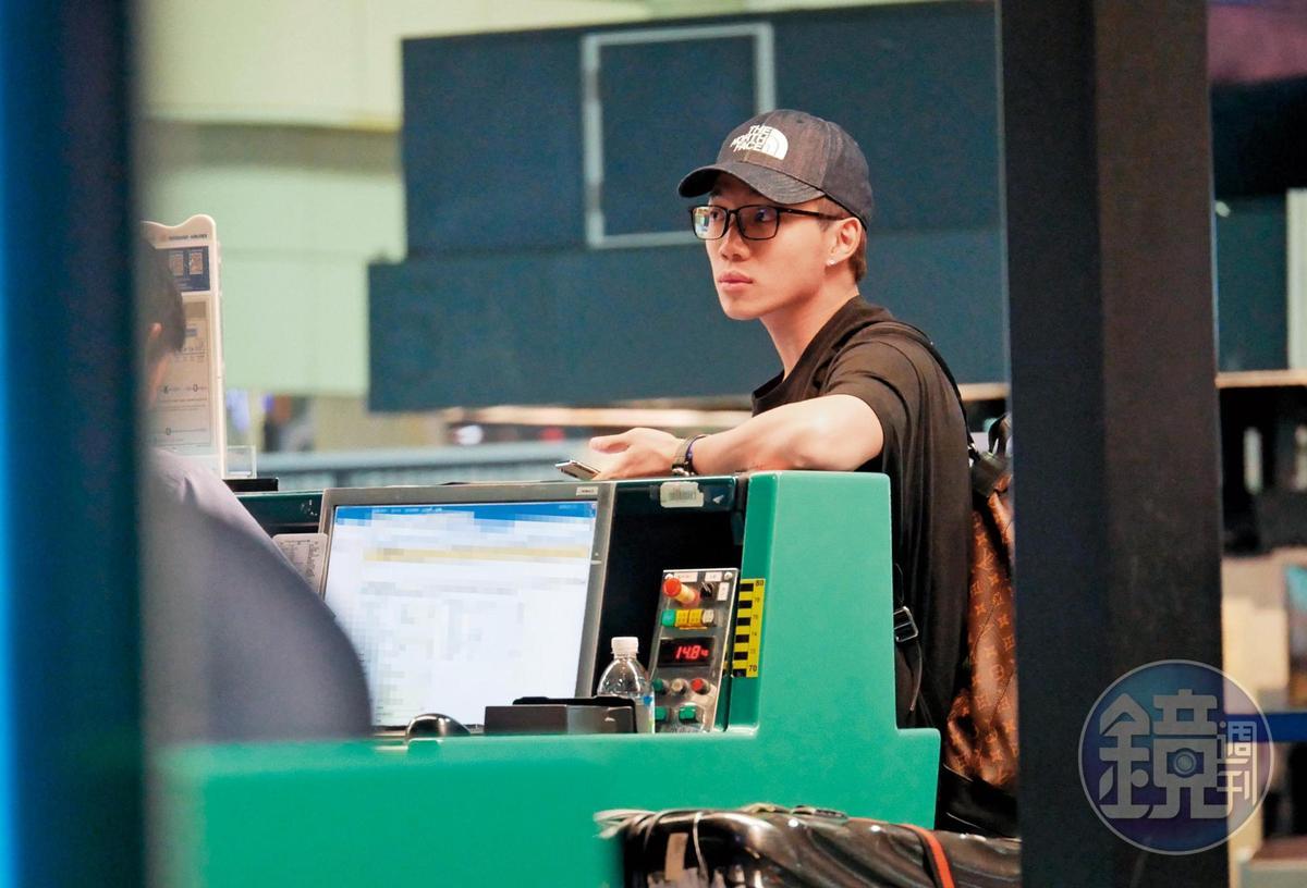 7月10日21:44,ØZI和女友分開後,就獨自到桃園機場,在華航天合聯盟櫃台前check-in,飛往洛杉磯。