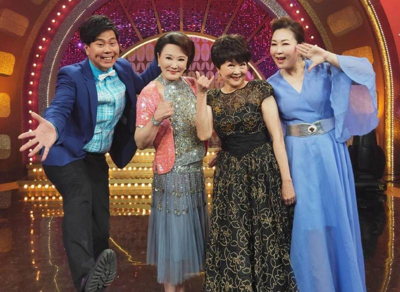 張琴(左2起)與姊姊張琪登上由張秀卿、邵大倫(左)主持的年代《MUCH金點秀》。(年代提供)