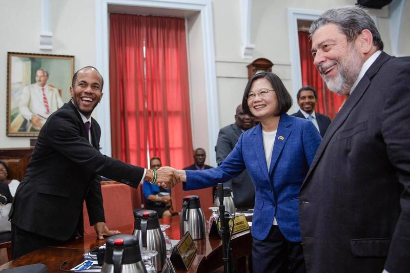 總統蔡英文走訪加勒比海友邦聖文森,稍早於臉書po出與布朗部長(左)握手合照。(翻攝自蔡英文臉書)