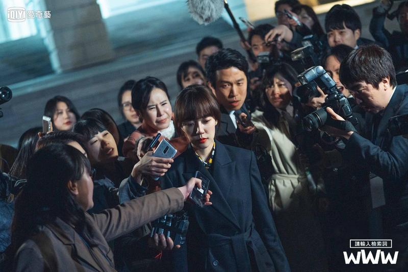 林秀晶在《WWW:請輸入檢索詞》飾演韓國最大入口網站的企業本部長,被迫成為總統大選期間操縱關鍵字的代罪羔羊。(愛奇藝台灣站提供)