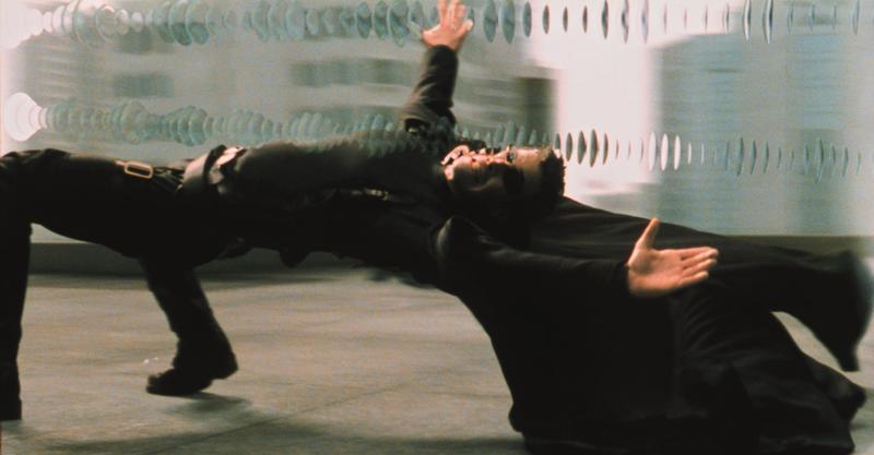 當年基努李維一個鷂子翻身的下腰動作,成就了《駭客任務》的經典畫面「子彈時間」(Bullet Time),至今依然不斷被後人所模仿。(華納兄弟提供)