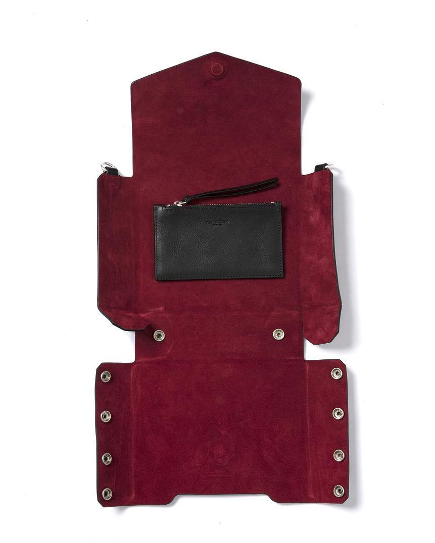 rag & bone黑色牛皮ATLAS編織提帶磁釦肩背包,打開磁釦可以整個攤平。(rag & bone提供)