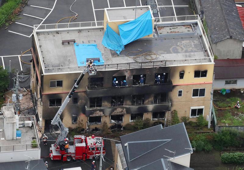 工作室因為汽油快速揮發,不少人急奔頂樓卻來不及逃生,而被活活燒死在樓梯間。(東方IC)