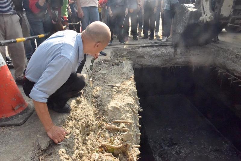 高雄市長韓國瑜17日前往鳥松區神農路視察下水道清淤狀況。(翻攝自韓國瑜臉書)