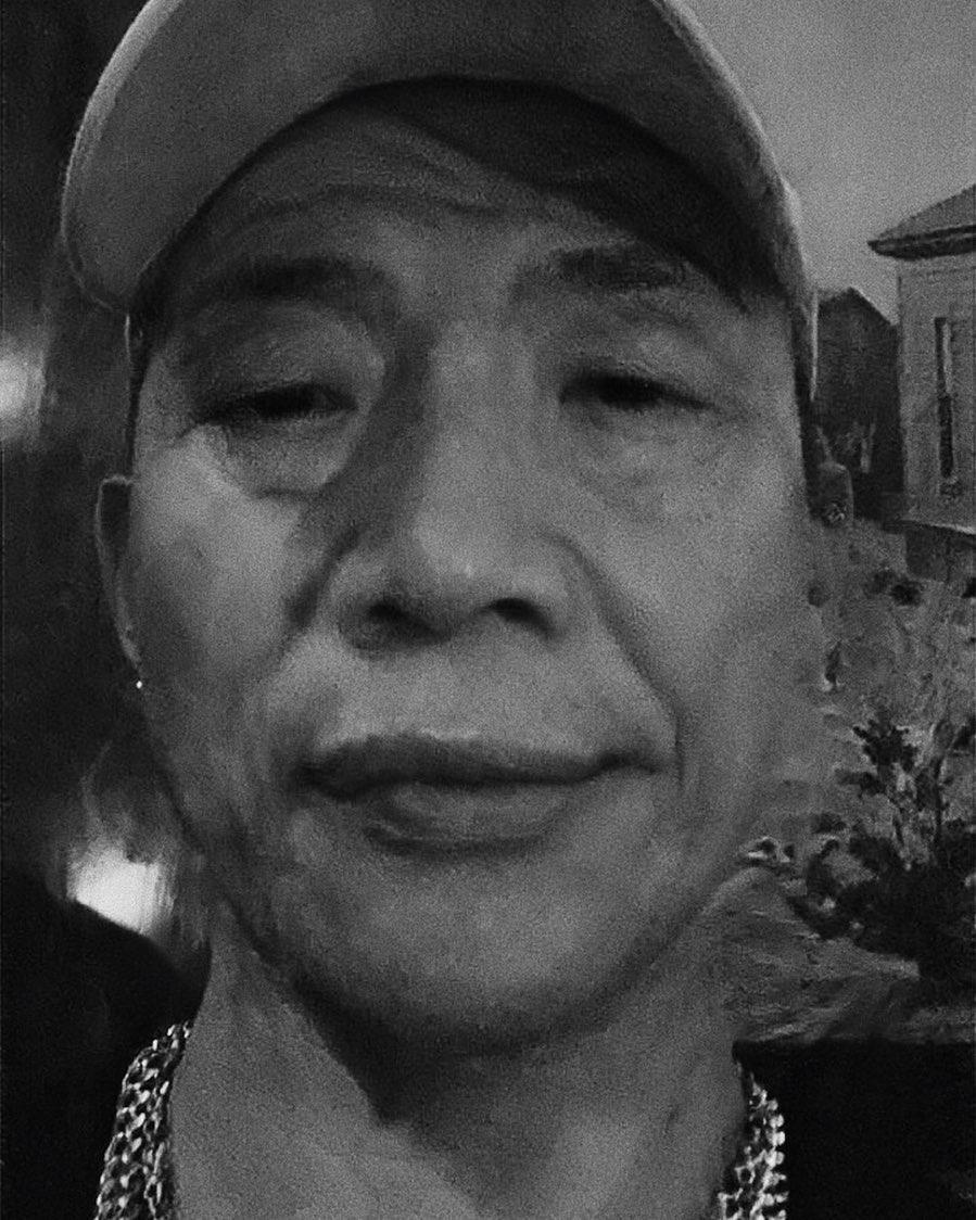 金曲新人ØZI在IG放上自己「老臉挑戰」,被好友剃刀回:「你這是郭台銘加韓國瑜吧」。(翻攝自ØZI IG)