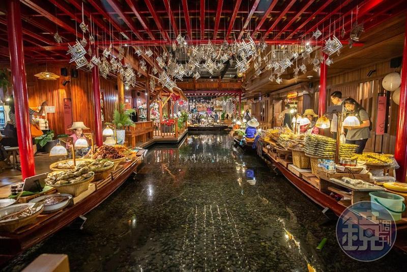 曼谷這個室內的水上市場,蓋在百貨公司內部,有真正的水道,兩側是販售小吃的船家。