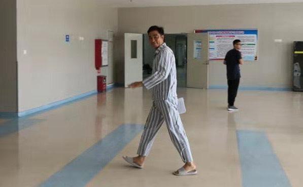 任達華已能在醫院自行走動並面露微笑。(人人娛樂CEO廖寶軍提供)