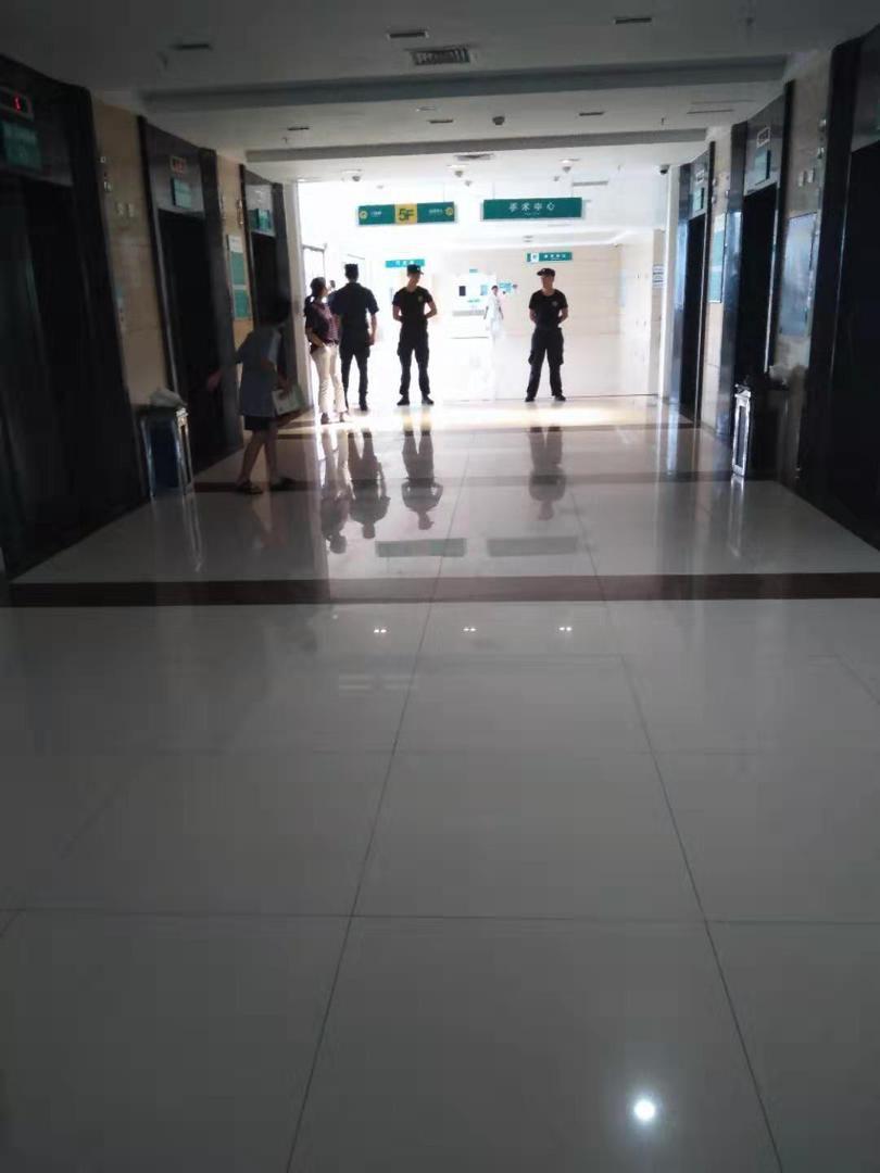 中山火炬開發區醫院中現在警力嚴謹,全力看管任達華安危。(網友提供)