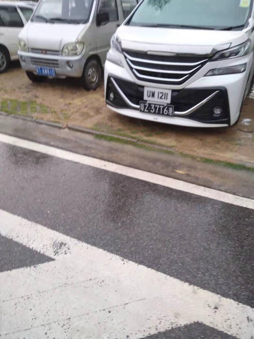 任達華保姆車目前仍停在醫院停車場。(網友提供)