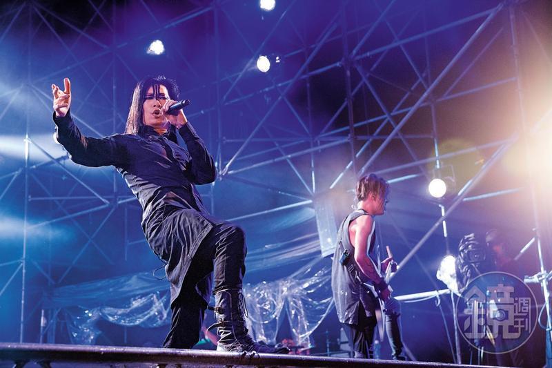 閃靈表演時,總是化上黑金屬樂團特有的「屍妝」登場。