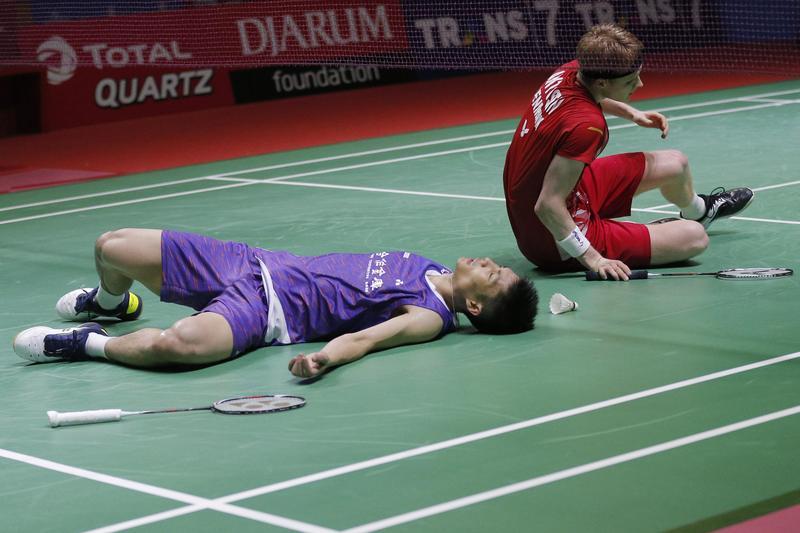 周天成霸氣在超級1000系列印尼公開賽男單決賽奪金,比賽結束時和對手兩人都累癱倒地。(東方IC)
