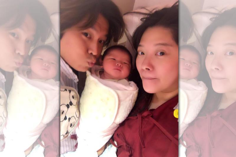 阿弟昨(21日)晚宣布老婆生下第三胎的好消息,原先預計自然產,但因為寶寶太大,最後只好改成剖腹產。(翻攝自蕭景鴻臉書)