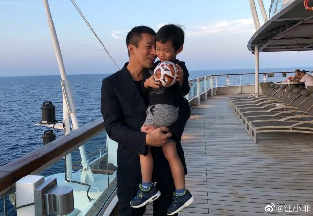汪小菲身穿西裝抱著兒子,弟弟手中拿著一顆球,露出一臉害羞表情。(翻攝自汪小菲微博)