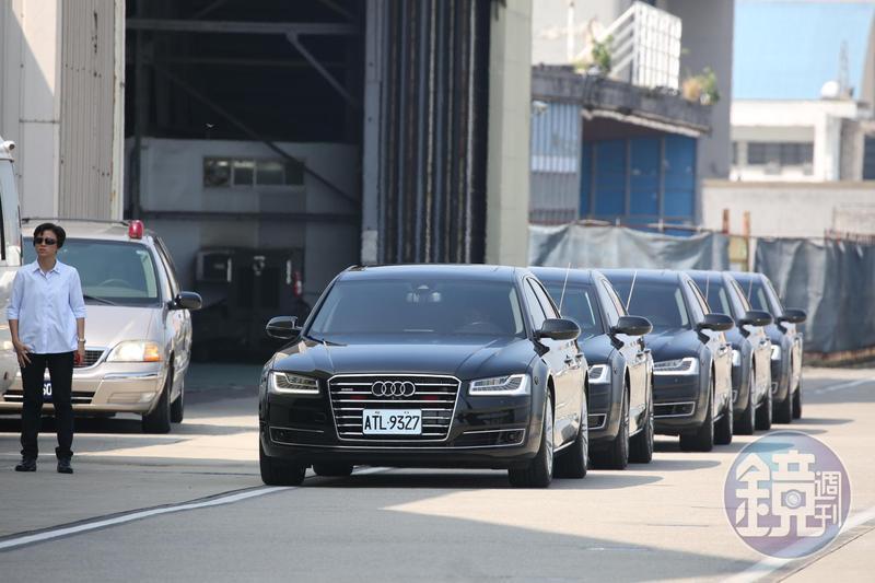 有5部小貨車在機場旁等著總統專機降落,偽裝成特勤車輛,要混入總統車隊。(本刊資料照)