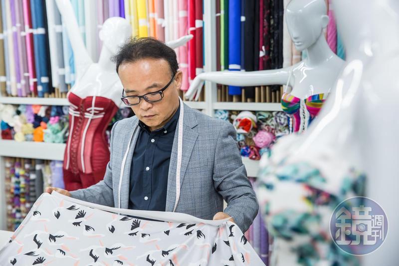 鄧家內衣訂製技術不外傳,鄧民華退伍後從量身打版學起,基礎功紮實。