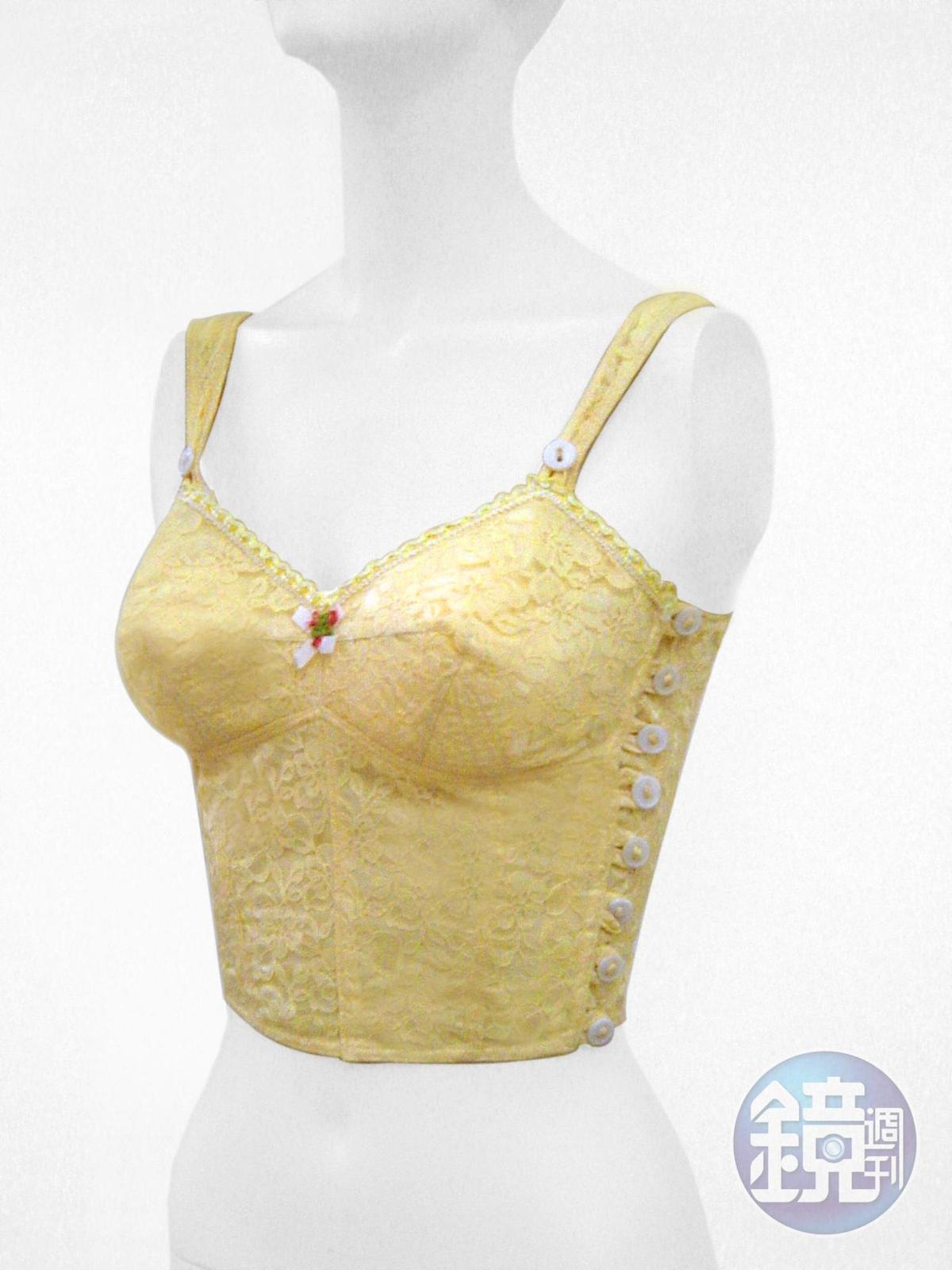 早年鄧民華母親時代的訂製塑身衣,罩杯皆為無鋼圈,鈕扣式設計穿脫不易。(蘿琳亞提供)