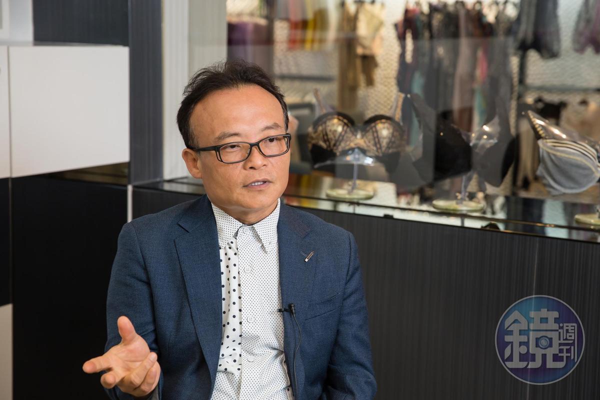 大男人從事女性塑身衣行業,鄧民華用專業取得顧客信賴。