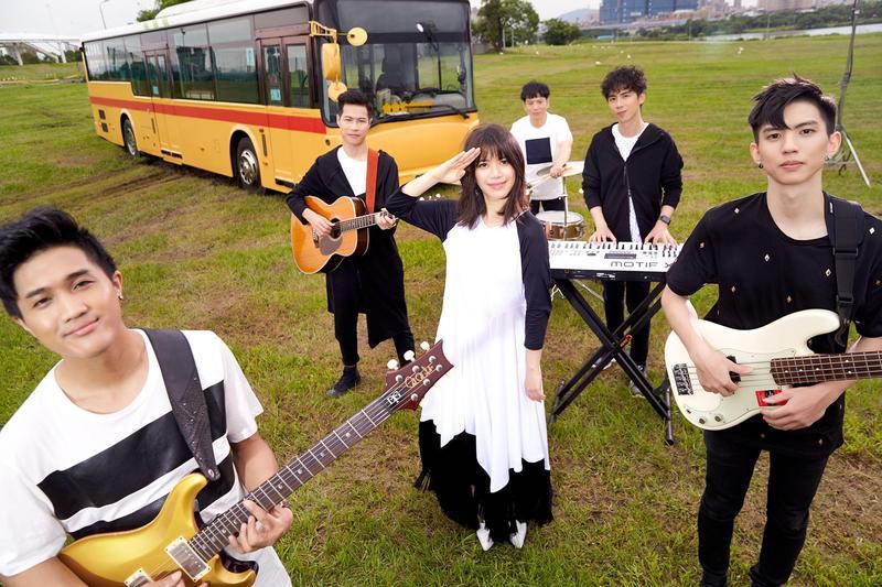 為了《盲點》專輯,郭修彧特別組了「金魚腦」樂團,她笑說,因團員常健忘。(妮樂佛提供)