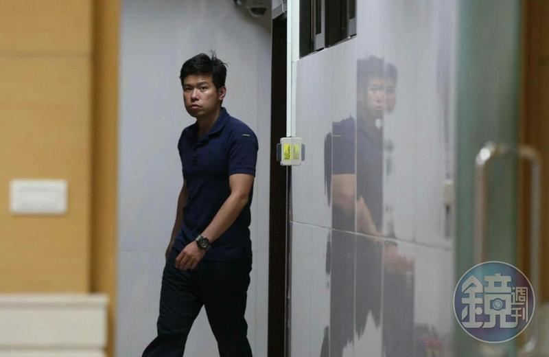 總統官邸永和警衛室少校警衛官吳宗憲利用總統出訪機會買了9,800條免稅菸品,遭移送北檢複訊。