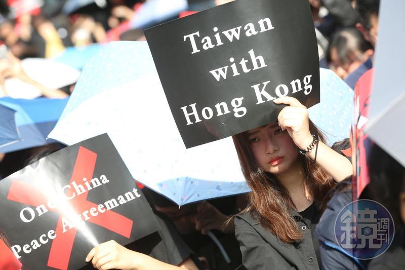 在高壓情緒下,有調查顯示,三分之一的香港人都想要移民。
