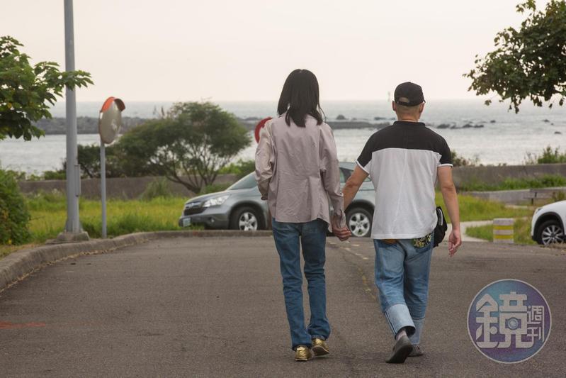 Foley與太太移居台灣後,不時牽手出遊、散步,享受生活。