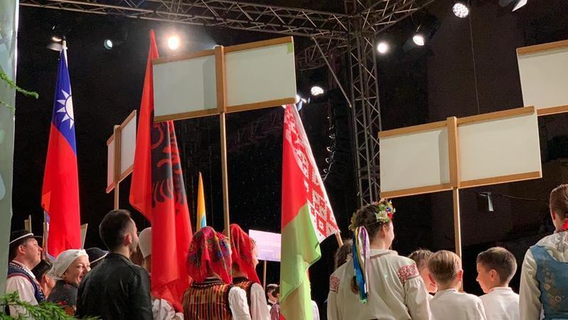 台東蘭嶼椰油國小「小飛魚文化展演隊」遠赴波蘭參加國際兒童藝術節。(翻攝自小飛魚文化展演隊臉書)
