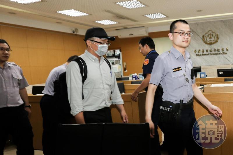 檢調偵辦國安局走私免稅菸案,今天(31日)約談多位華航空品處人員,圖為華航空品部組長黃川禎(前排左)日前赴北檢複訊。