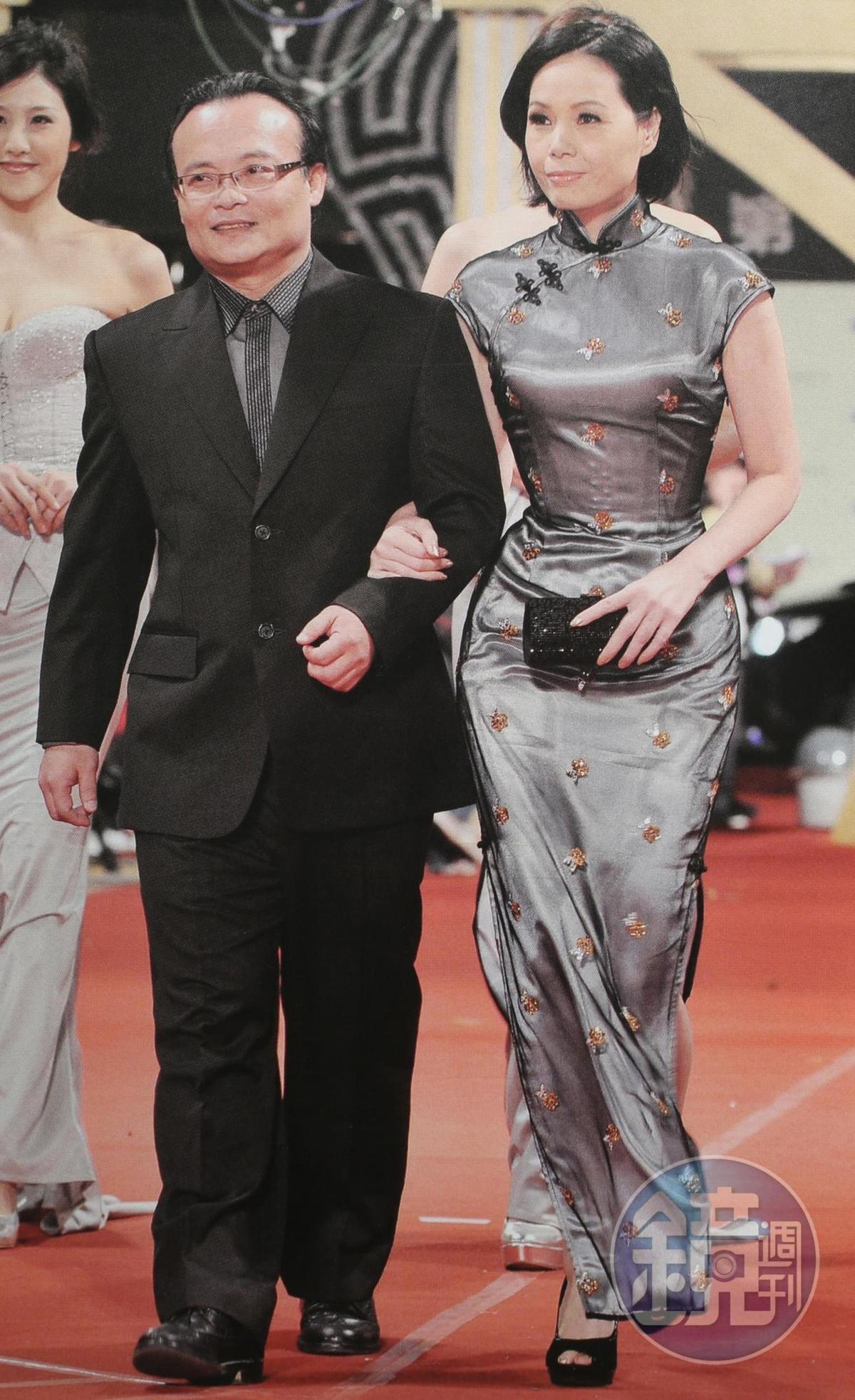 莊碧玉(右)長年維持23腰的好身材,圖為2008年夫妻受邀走金馬獎紅毯。(蘿琳亞提供)