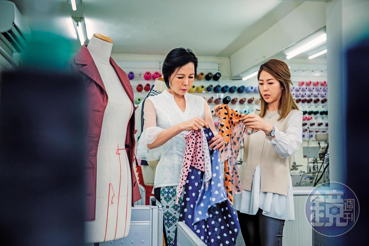 莊碧玉(左)的女兒唐芯(右)曾在日本、倫敦、紐約學裁縫、造型設計,如今擔任品牌藝術總監,負責布料開發設計。