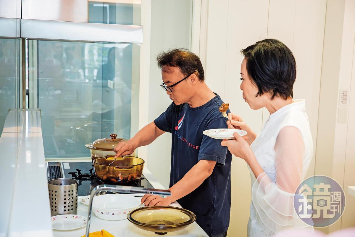 廚藝了得的鄧民華(左)不應酬,每天回家幫愛妻(右)料理愛心牛肉麵。