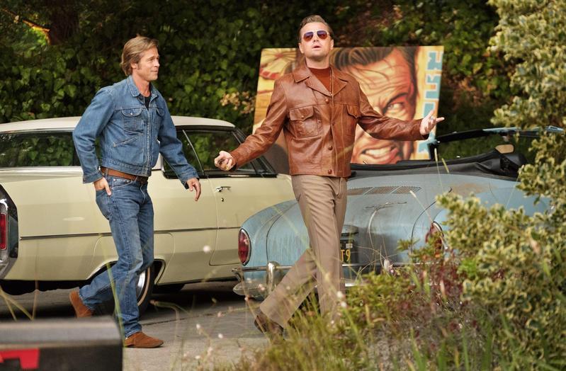 李奧納多(右)與布萊德彼特(左)的角色雖是虛構人物,在昆汀的安排下透露出他「以假亂真」的企圖,一個悲壯一個耍帥,組合完美。(双喜提供)