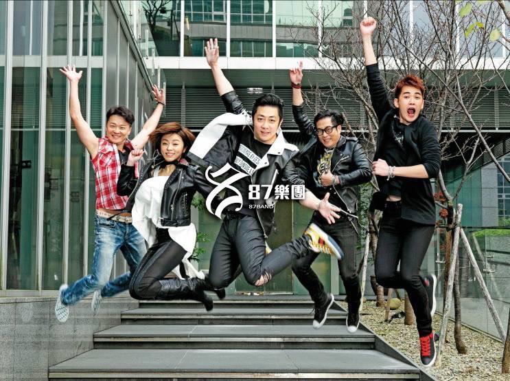 """艾成与王瞳组成""""87乐团""""目前仍是到处商演。(翻摄自艾成脸书)"""