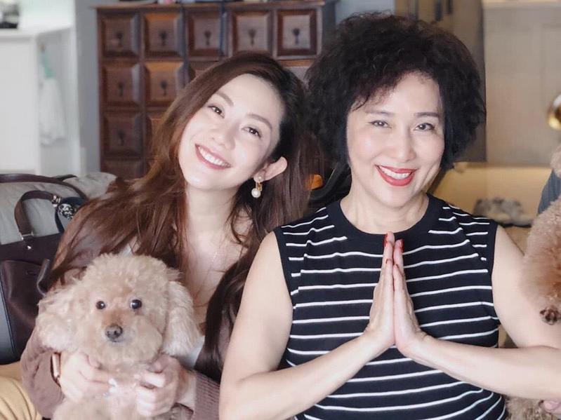 当年为了躲避家暴,萧瑶带着女儿王宇婕逃离印尼。(翻摄自萧瑶脸书)