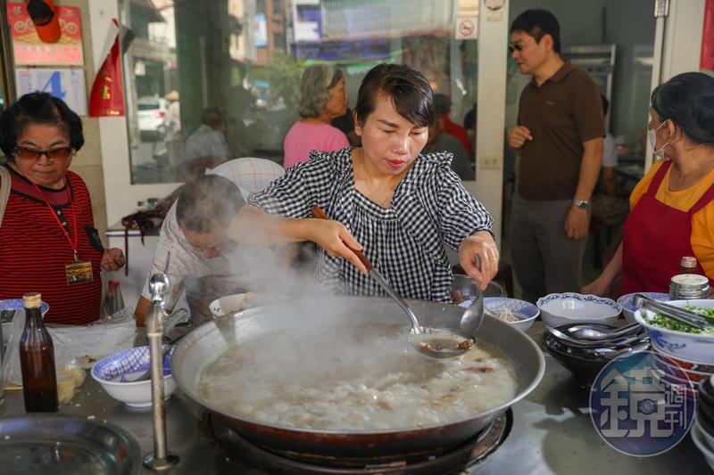 「白河草魚粥」一早熱湯滾滾、白煙蒸騰,老闆娘鄧秋菊忙得沒空放下手中的大湯杓。