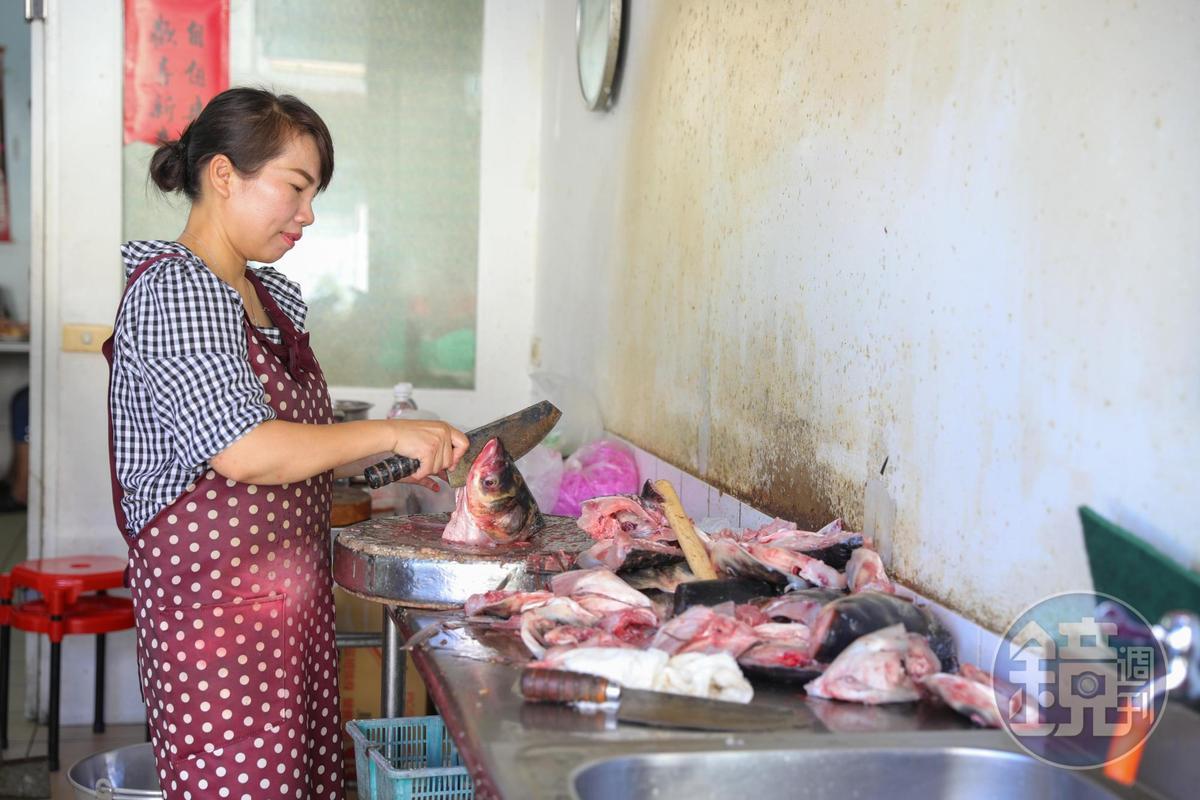 老闆娘鄧秋菊每天一早使勁用大木槌敲打菜刀剁著草魚,這裡一早生猛有力,景像讓人全都醒了。