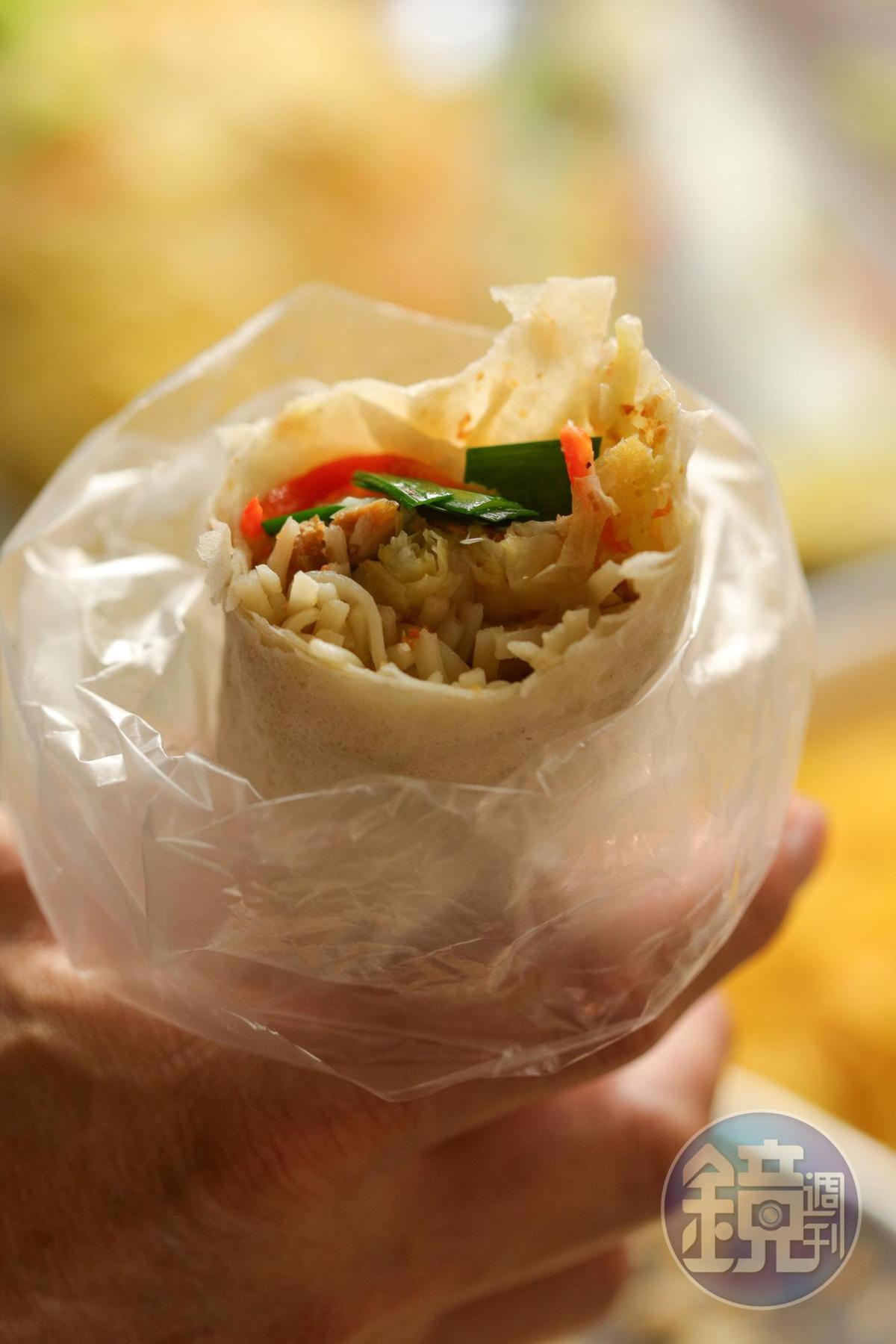 白河地區的「潤餅」會包入豆菜麵, 增加飽足感。(40元/卷)
