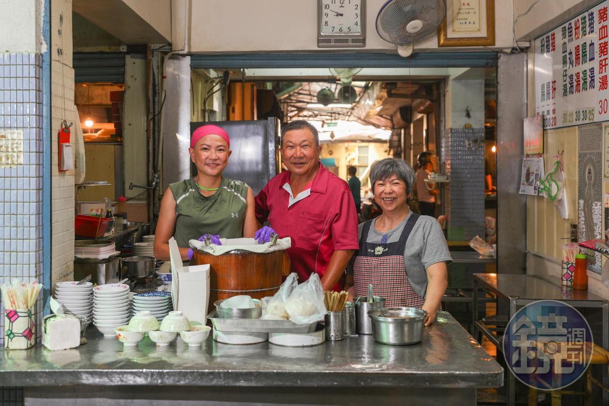 「黑龍米糕」老闆「陳烏龍」(中 )老闆娘謝春(烏龍嫂)(右)和女兒陳可臻,一家人整齊親和,是白河市場內有型名店。