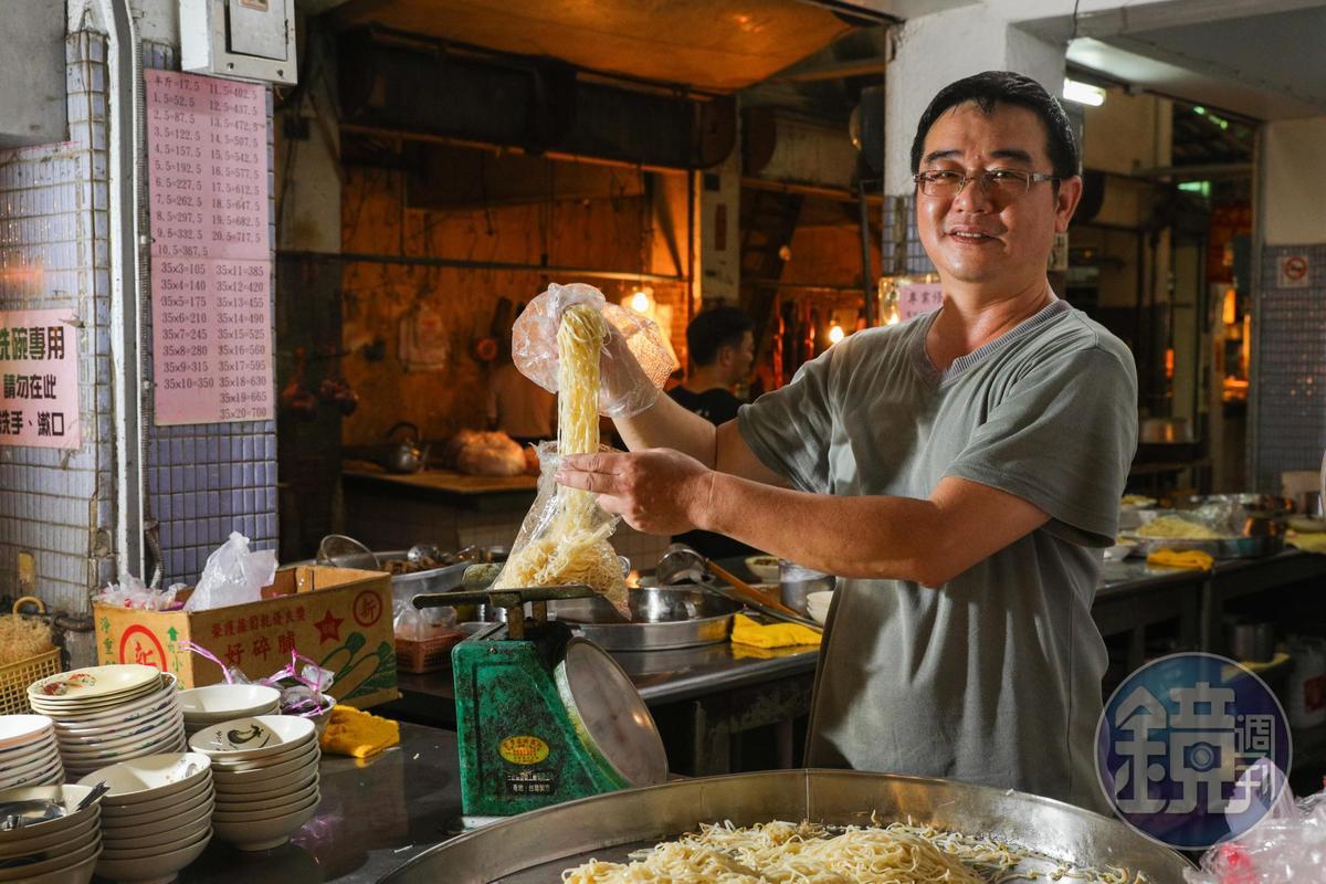 第三代吳建明堅持自家製麵。