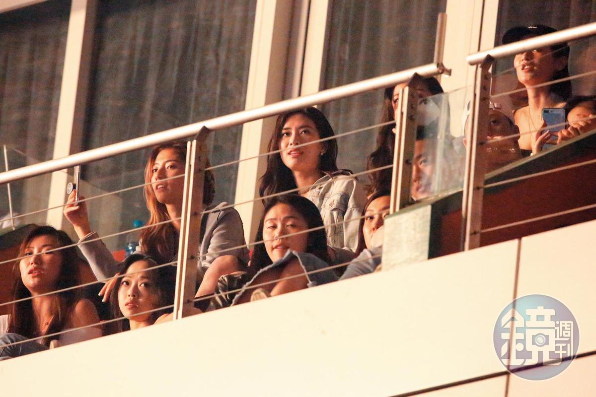 今年5月,周興哲在小巨蛋舉辦「你,好不好」演唱會,趙岱新(後排中)在3樓觀看。