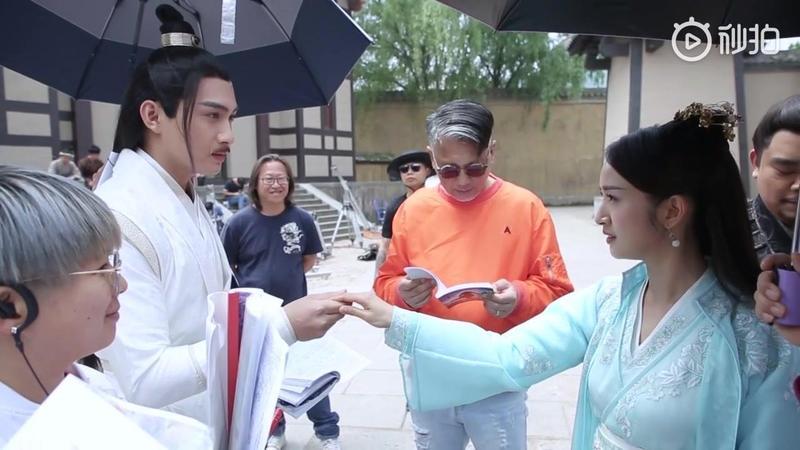 導演查傳誼(右二)為《小女花不棄》增添港式幽默,笑點有別於一般古裝劇。(愛奇藝提供)