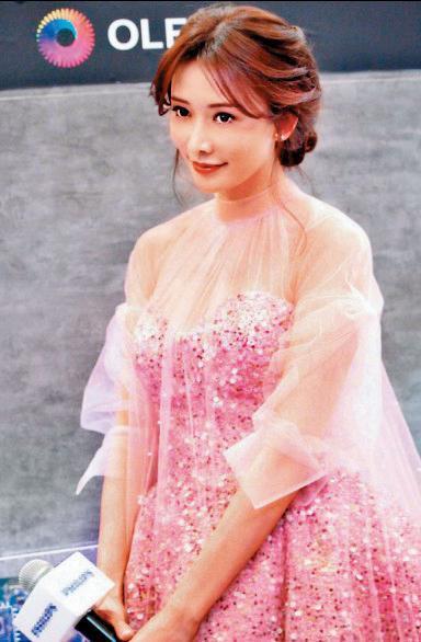 林志玲不知為何結婚過後的照片看起來size都很驚人,在百貨公司亮相,穿著寬鬆傳有孕。(翻攝自林志玲微博)