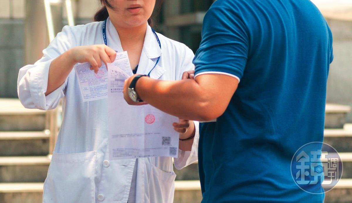 11:56,兩人熱烈交談,看似正在交代醫囑,手上拿的資料也跟林志玲目前的「做人」進度有關。