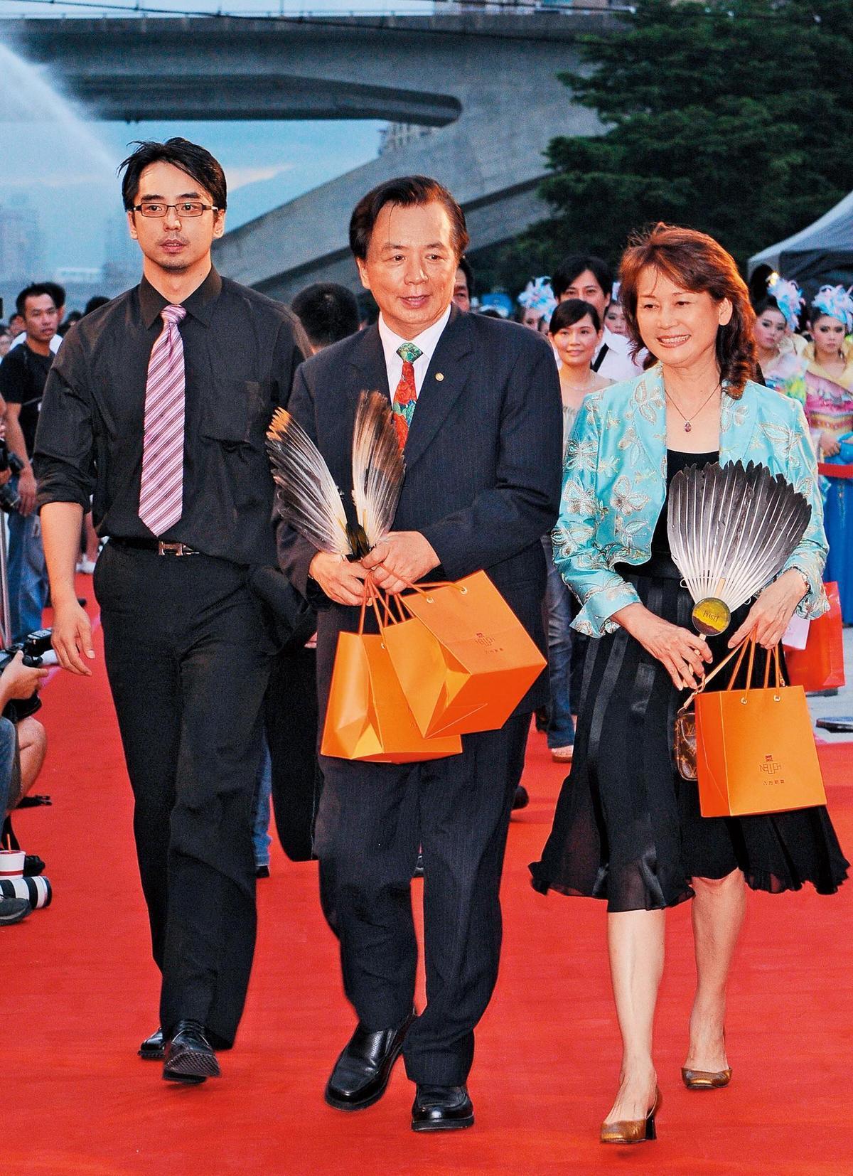 林志玲的爸媽、哥哥(左)都對她的孕事噤聲,不過多年來一家人也算盼得她的喜事,雖然目前沒辦公開婚宴的打算。
