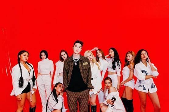 周湯豪在剛發佈最新創作的EP 「WHAT A LIFE」的第二波主打歌 <ALL THESE GIRLS>的MV中,穿上了FENDI早秋的FF  Logo的長袖夾克與長褲。(FENDI提供)