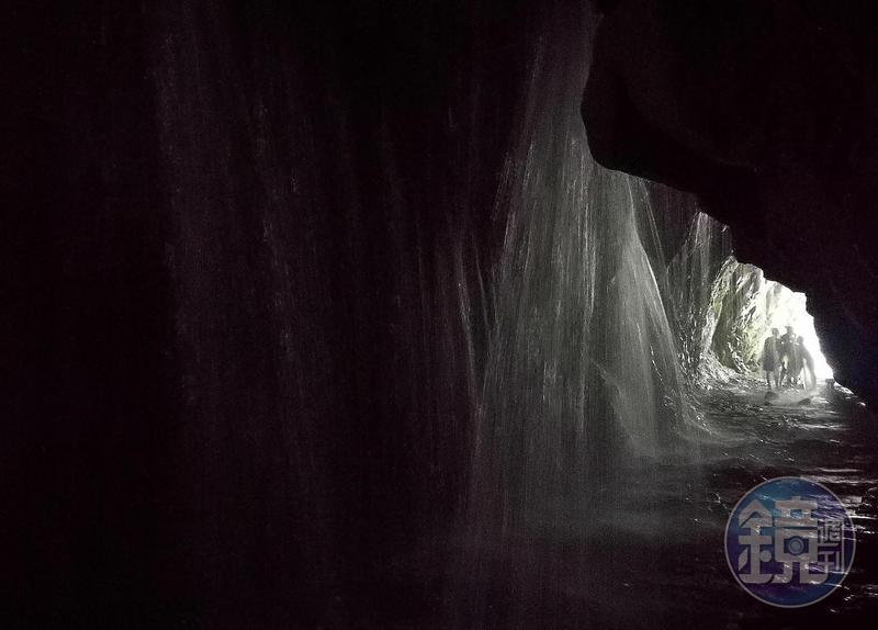 「白楊步道」終點的水濂洞,冰涼山泉水流洩而下,暑氣立即消除。