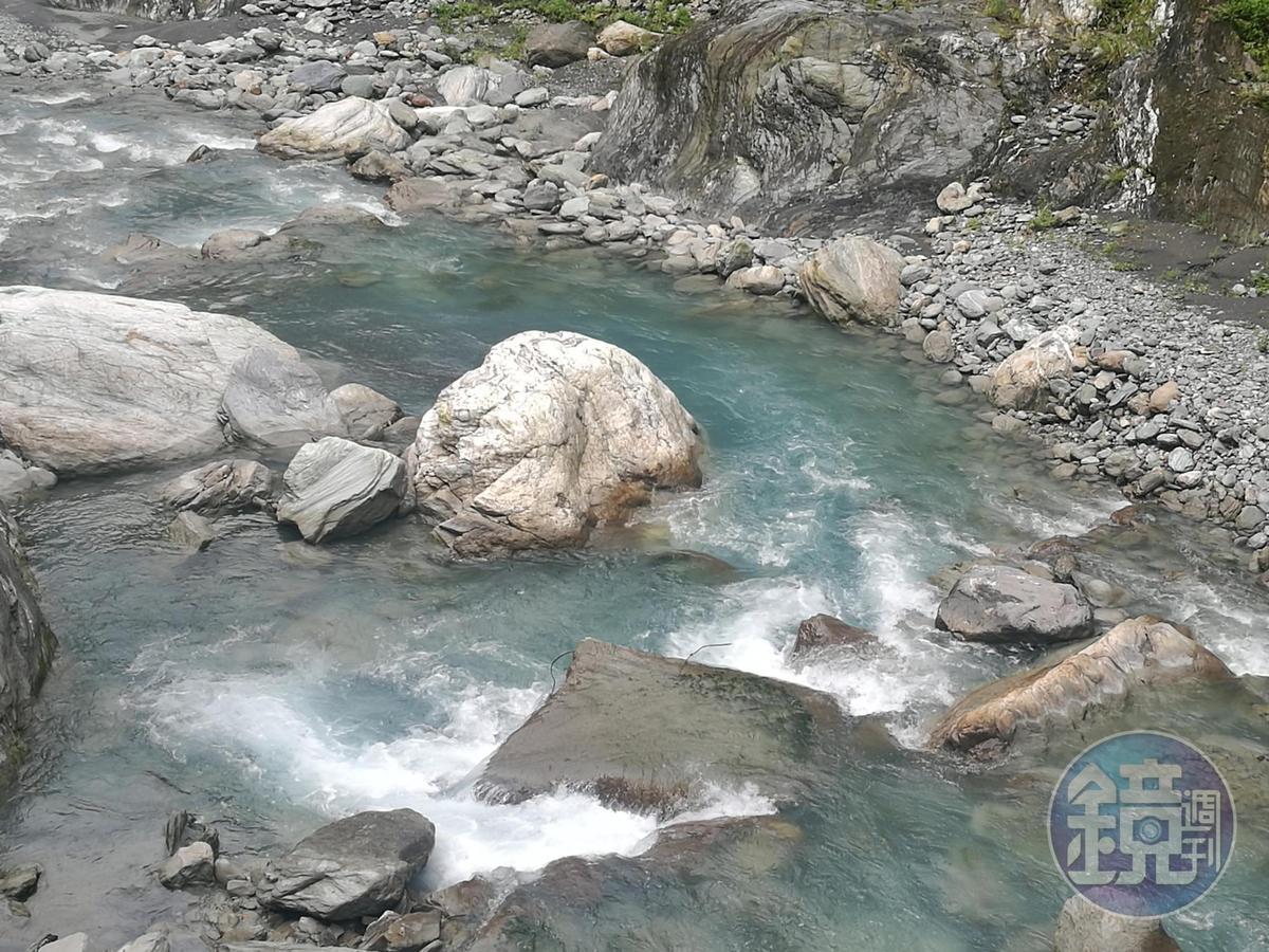 步道前段的瓦黑爾溪,溪水透淨美麗。